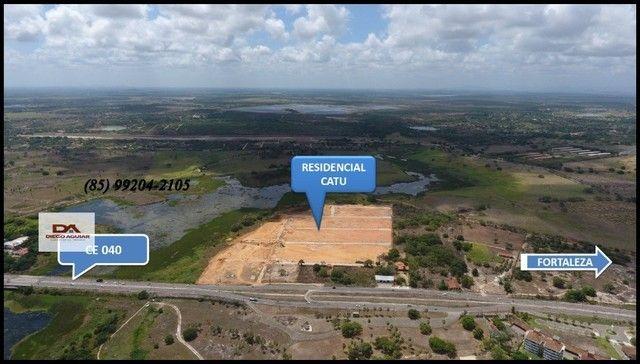 =§ Loteamento aberto, localizado às margens da Lagoa do Catu! - Foto 3