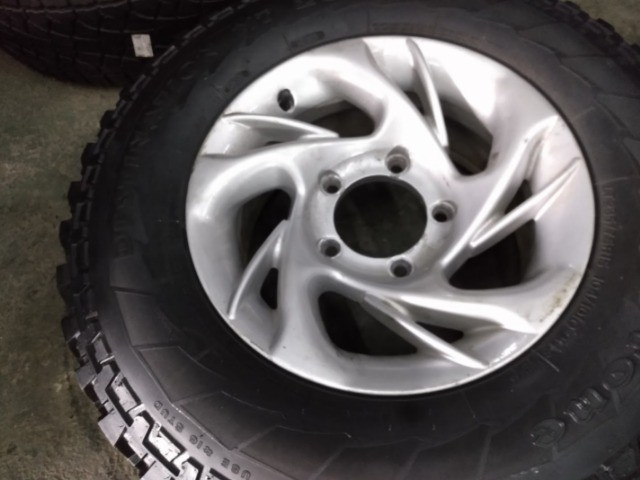 Jogo de rodas + pneus Firestone 235/75R15 para Rural.