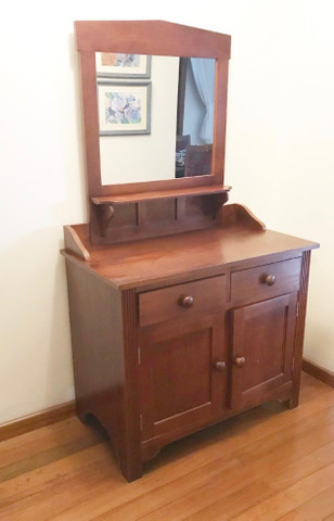 Armário em madeira com espelho