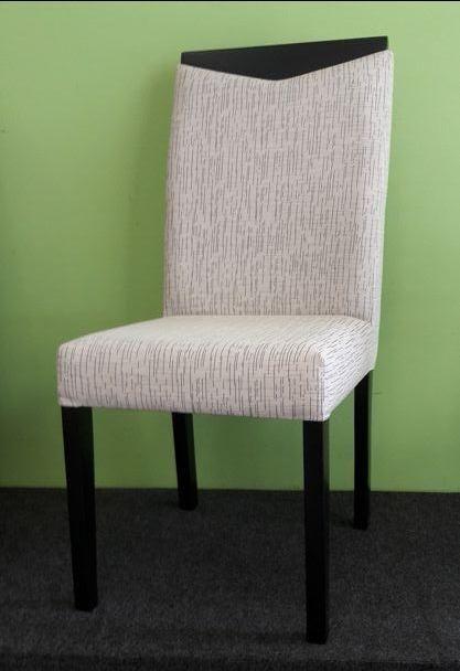 Cadeira em madeira, assento/encosto revestidos em tecido. Nova