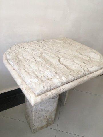 Linda mesa de canto em mármore