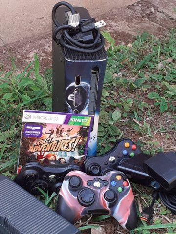 Xbox 360 + 3 controles + 1 carregador + Kinect e dois jogos.