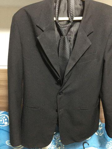 Blazer básico tradicional, calça básica social e gravata ( tudo na cor preta)