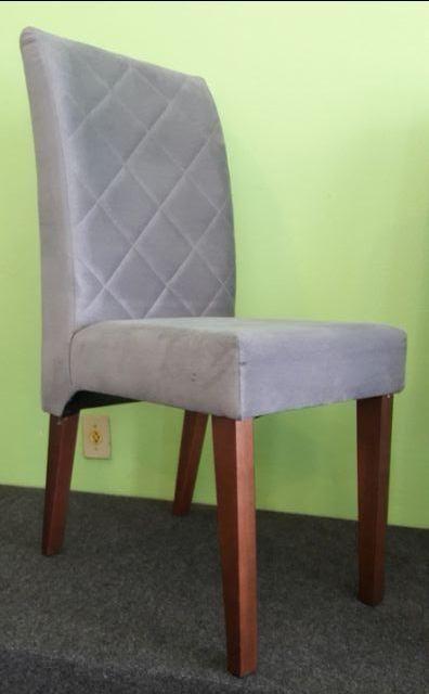 Cadeira em madeira, vestida, sued cinza, com costuras estilo matelassê. Nova