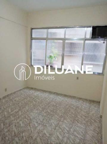 Conjugado com salão de mais ou menos 25m² no Centro Niterói.