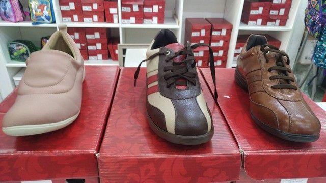 Lote com 340 pares de calçados com Funções Ortopédicas - Foto 2