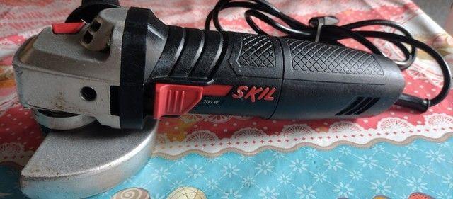 """Esmerilhadeira Angular de 4 1/2"""" Skil 9002 700W com Capa Protetora e Punho Auxiliar"""