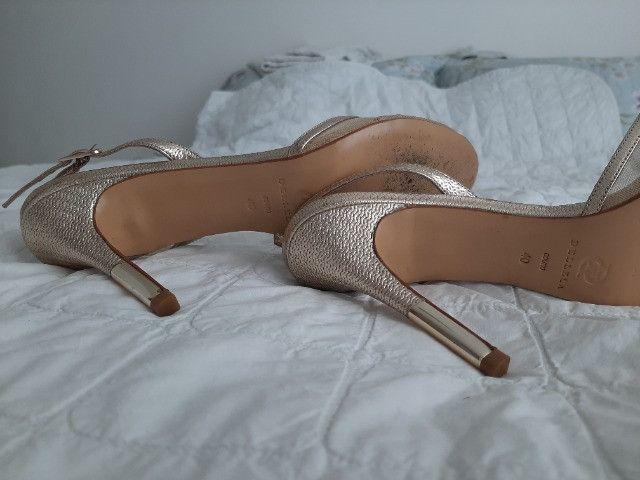 Sandália dourada Luxo - Foto 3