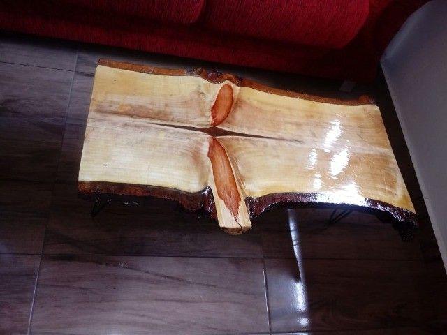 Mesa de centro rústica Nova de madeira maciça e pés de ferro. - Foto 3