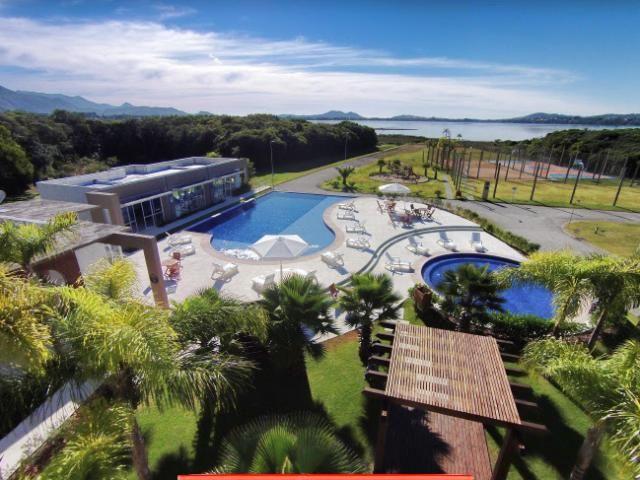 Terreno de frente para a Lagoa de Ibiraquera em condomínio de alto luxo