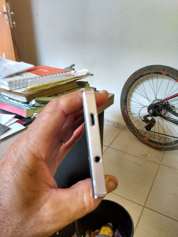Celular positivo, com botão de ligar estragado, tela quebrada funcionando - Foto 5