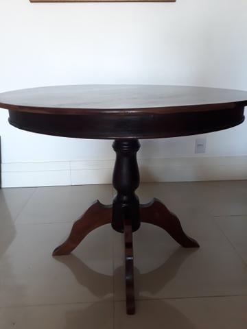 Mesa redonda em madeira escurecida - Foto 2