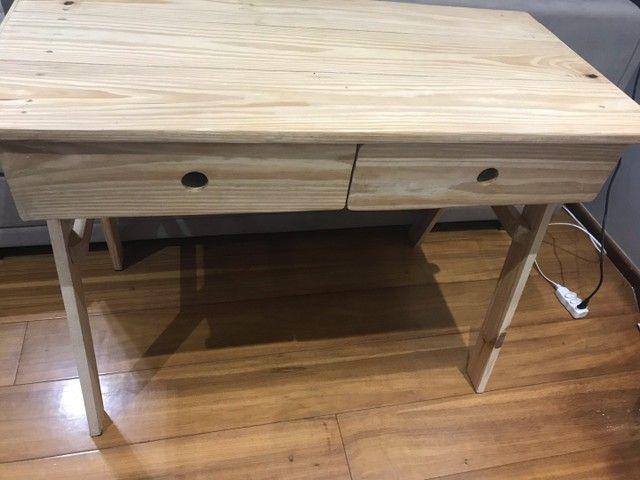 Mesinha de madeira e cadeira estofada