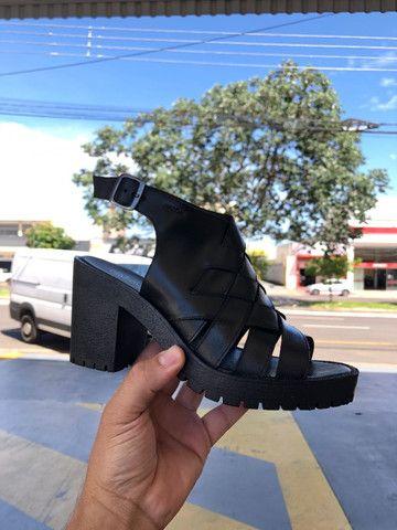 Sandália de couro feminina