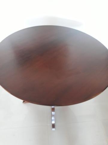 Mesa redonda em madeira escurecida