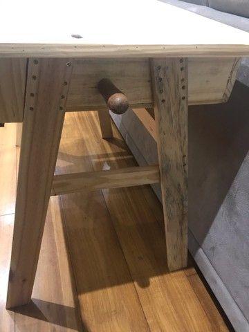 Mesinha de madeira e cadeira estofada - Foto 2