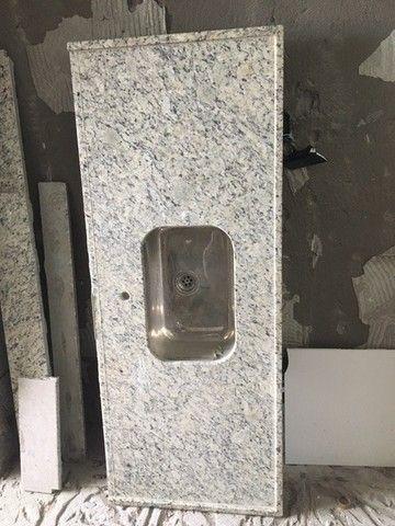 Bancada em granito bege arabesco p/cozinha com pia