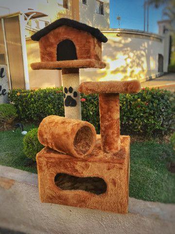 Arranhador de gato sem uso feito em madeira e pelúcia
