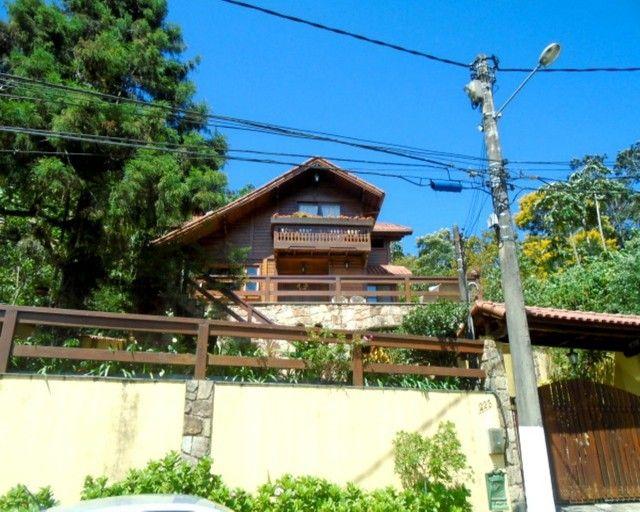 Casa duplex em condomínio fechado com 4 quartos sendo 3 suítes.