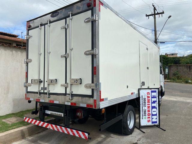 Caminhão baú refrigerado vw 9-160 ano 2012 super novo - Foto 5
