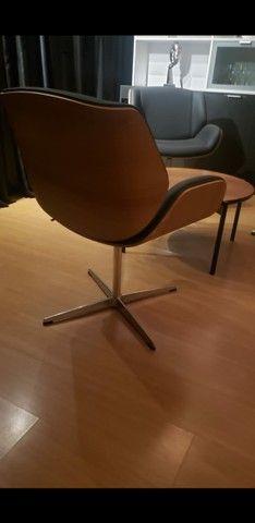 Vendo cadeira poltrona em couro giratória  - Foto 2