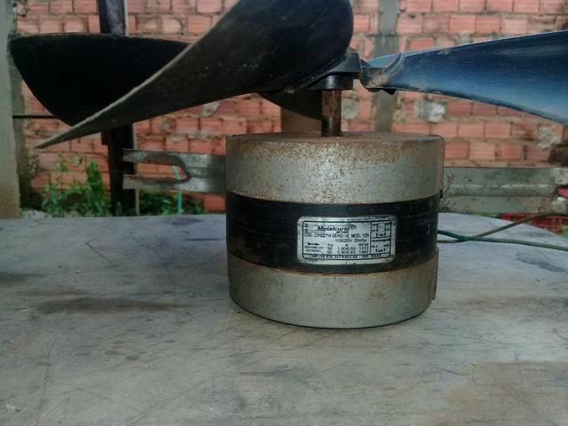 Um motor de exaustor com a hélice de 50 cm dois ventiladores de freezer