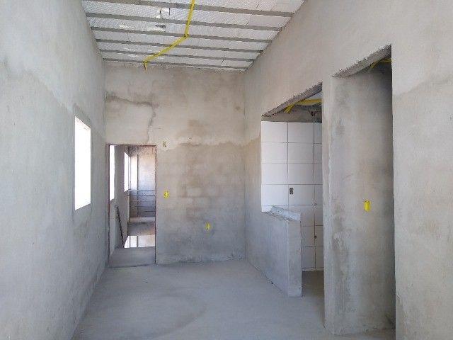 Apartamento 02 quartos Bancários com Varanda pé direito duplo Frente rua - Foto 4