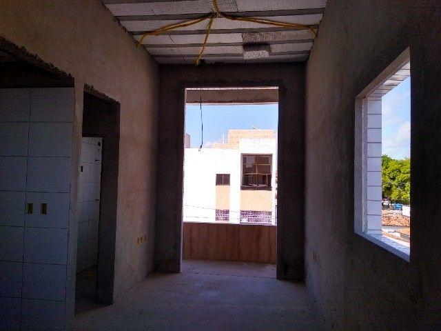 Apartamento 02 quartos Bancários com Varanda pé direito duplo Frente rua - Foto 3