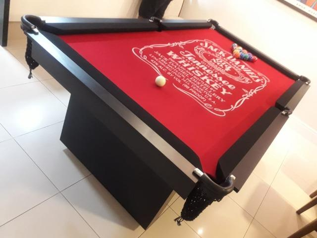Mesa Encanto de Sinuca | Mesa Preta | Tecido Vermelho | Jack Daniels