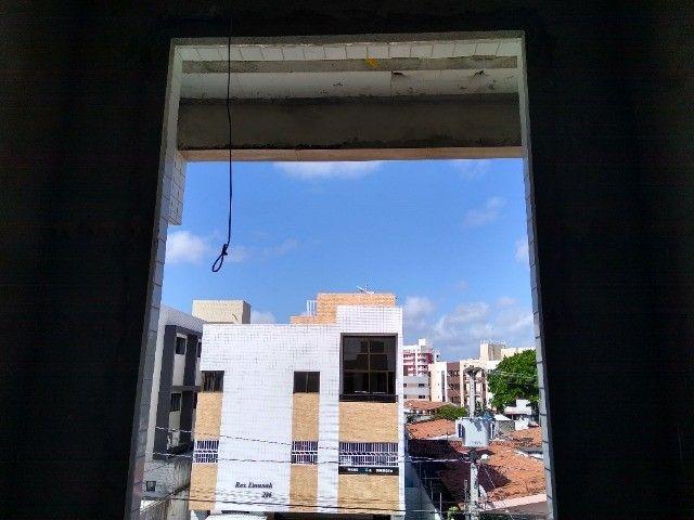 Apartamento 02 quartos Bancários com Varanda pé direito duplo Frente rua - Foto 5