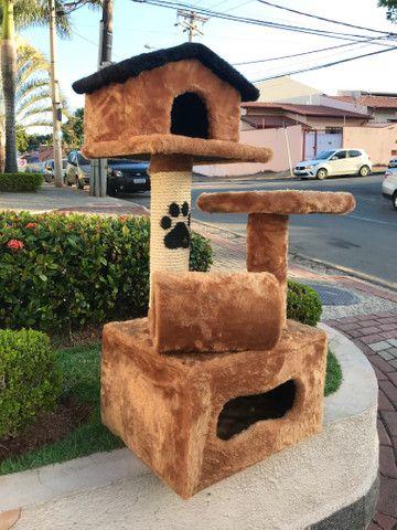 Arranhador de gato sem uso feito em madeira e pelúcia - Foto 2