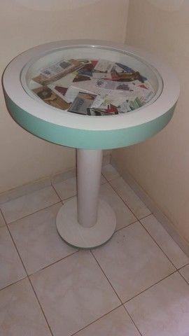 Mesa redonda decorativa em madeira revestida com fórmica