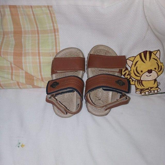 Sapatos e calça infantil