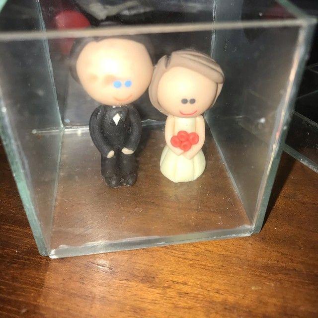 Noivinhos em biscuit em caixa de vidro