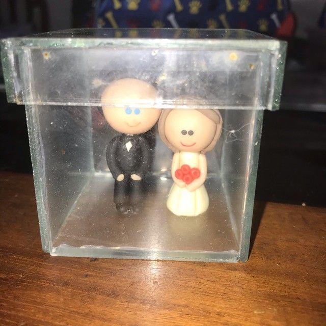 Noivinhos em biscuit em caixa de vidro - Foto 2