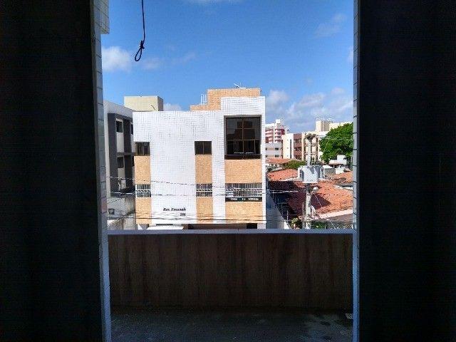 Apartamento 02 quartos Bancários com Varanda pé direito duplo Frente rua - Foto 6