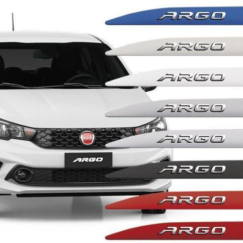Já instalado Friso Lateral Fiat Argo Com Nome Alto Relevo