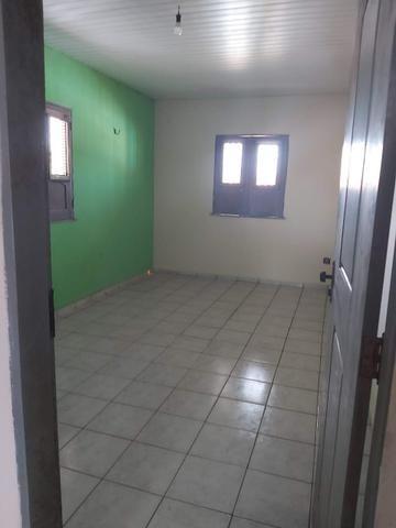 Alugo casa no cohatrac/ sendo 6 quartos e 3 banheiros