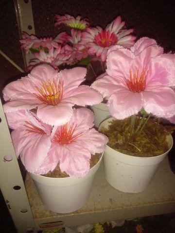 Arranjos de flores artificiais diverssos - Foto 5
