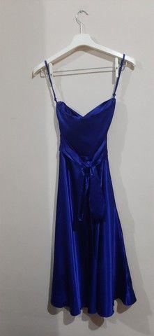 Vestido de festa tomara que caia midi azul acetinado