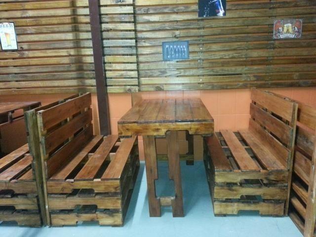 Bancos e mesa feita de palletes novos pintados em verniz