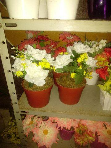 Arranjos de flores artificiais diverssos - Foto 4
