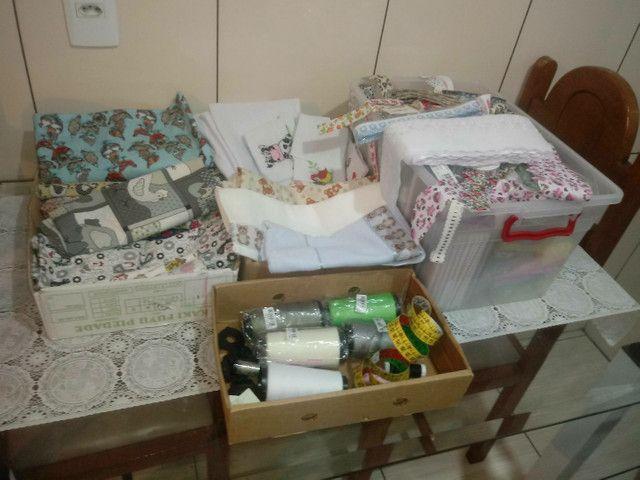 Máquina de costura + tecidos e aviamentos. - Foto 3