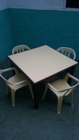 Mesa de madeira pura com 4 cadeira de plastico - Foto 2