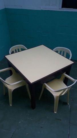 Mesa de madeira pura com 4 cadeira de plastico