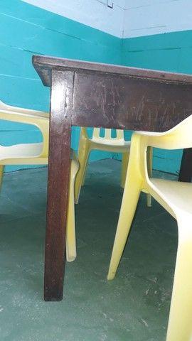 Mesa de madeira pura com 4 cadeira de plastico - Foto 3