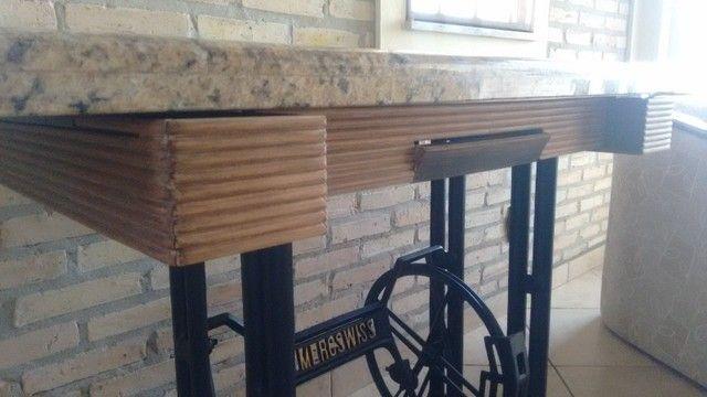 Mesa de Granito projetada sobre pé de máquina de costura Mercswiss antiga. - Foto 3