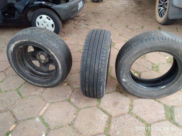 Vende se 2 pneus sem Aro e 1 com aro usados