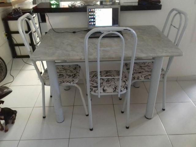 Mesa de mormore t 120×80 com 3 cadeiras valor 350,00.