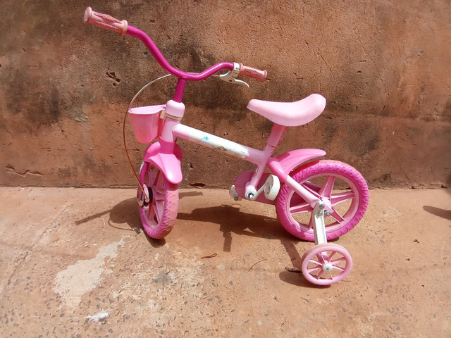 Bicicleta rosa pequena